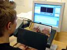 Arbete vid dator med MIROFLEX avlastar nacken genom en mer upprätt arbetsställning